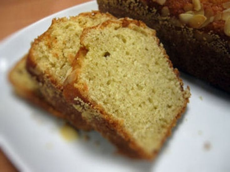 Cake aux amandes et au yaourt A préparer avec qq. modif: de la pâte de figues séchées a la place du beurre, 1 CS de fleur d'oranger et 4CS de rhum, de la farine bise et du yaourt de soja.