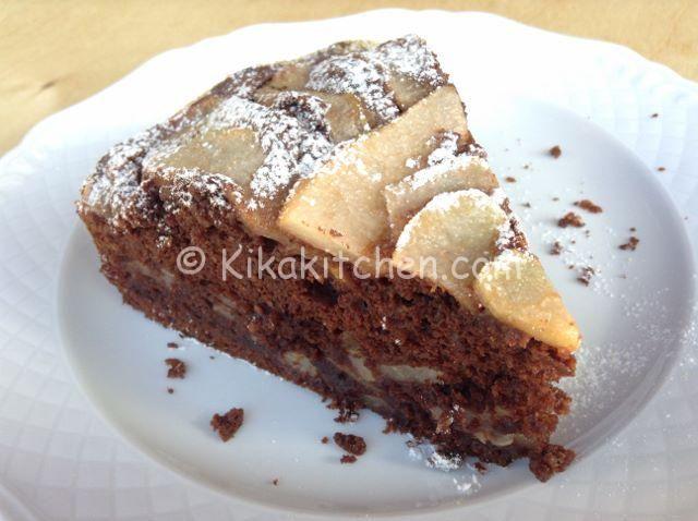 La torta pere e cioccolato è una golosa torta al cioccolato con morbidi pezzetti di pera al suo interno che la rende sofficissima e deliziosa