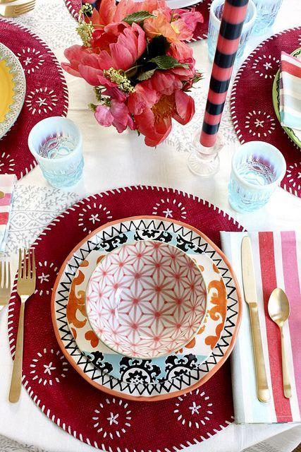 Décoration table de mariage multicolore tons rouges