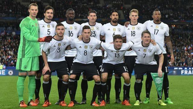 Deutsche Fußballnationalmannschaft beim Spiel Frankreich gegen Deutschland in Paris. (Quelle: dpa)