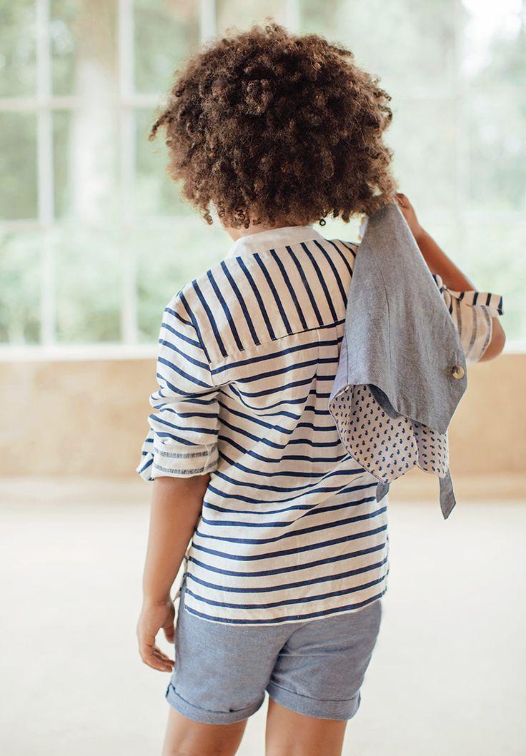 Chemise pour enfant à rayures bleu marine.  La chemise Arthur en coton et lin possède une rayure bleu marine, pour un style marin chic casual qui a le vent en poupe ! Ses manches longues peuvent se retrousser par une patte boutonnée pour le côté pratique ou décontracté.