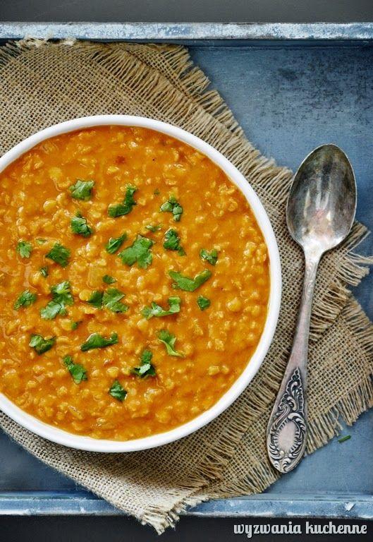 Sycąca orientalna zupa z czerwonej soczewicy i mleka kokosowego. Jest pikantna, dzięki czemu idealnie rozgrzewa w chłodne dni.