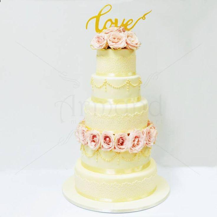 Tort de nunta cu trandafiri si dantela. Printre preferate noastre, tortul de nunta Pure Love este un model elegant, rafinat fiind decorat cu dantela comestibila, perle si flori naturale. Florile pot fi realizate si din pasta de zahar.  *Florile sunt incluse, dar culoarea poate varia in functie de sezon. Pret: 560 lei (la 3,5 kg).
