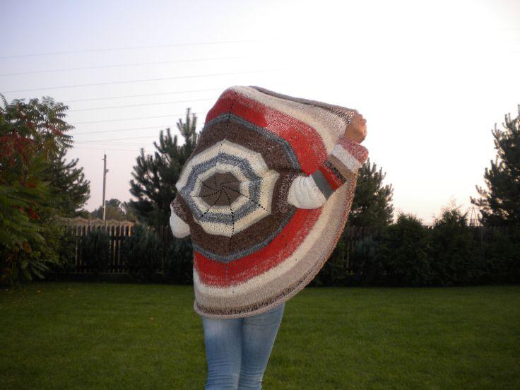 sweter okrągły z mieszanych włóczek, wykonany na drutach żyłkach nr 6