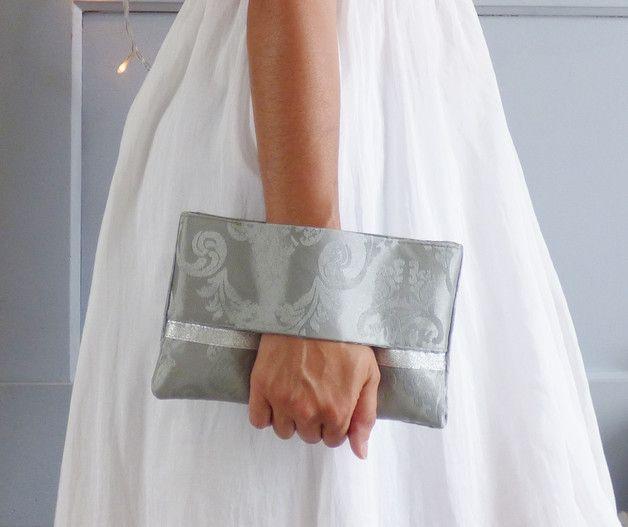 Vous en avez assez d'avoir un sac trop grand ou trop petit? Cette pochette de soirée en tissu brocart damassé gris et argent, entièrement faite à la main, a la taille idéale pour transporter tout...