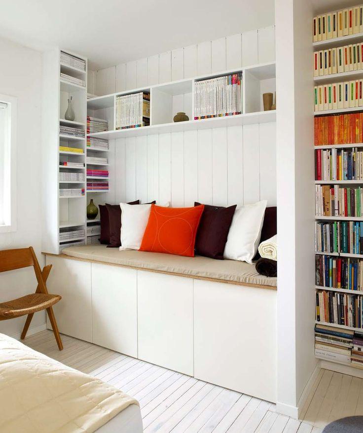 RIMELIGE GREP: Ved å benytte kjøkkenskap fra Ikea, spesialtilskårne mdf- og finerplater og skumgummi, har beboerne bygde et sitte- og oppbevaringsmøbel som ikke bare løser floken om oppbevaring og sitteplass; løsningen er også blitt et dekorativt møbel på soverommet.