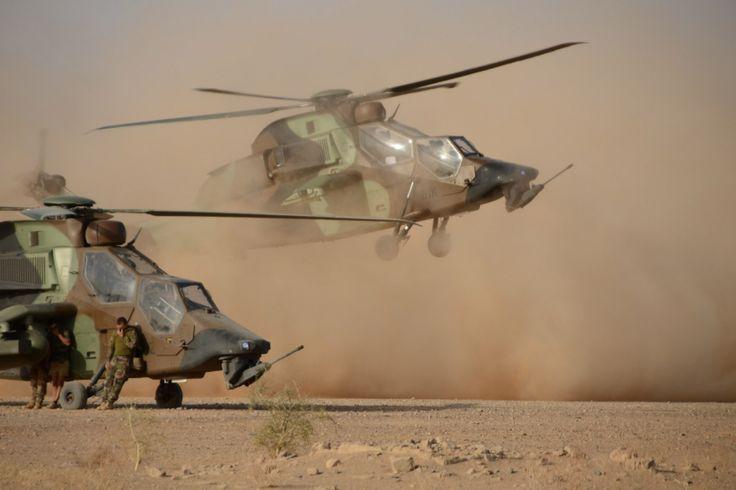 Deux Tigre du groupemement aéromobile de la brigade Serval. Les contraintes logistiques de l'opération ont limité l'utilisation des plus modernes des hélicoptères de combat dans au Mali.