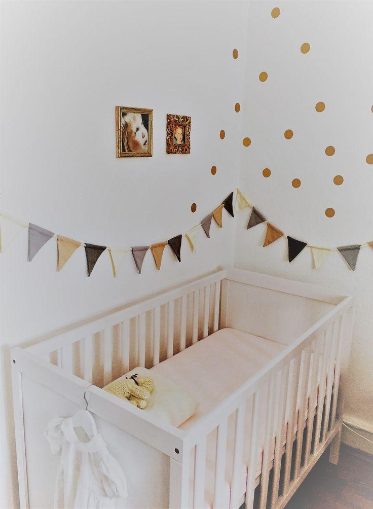 Elegant Einrichtung Kinderzimmer goldene Wandsticker Babybett goldene Rahmen Kinderfotos Inspiration