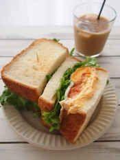 """楽天が運営する楽天レシピ。ユーザーさんが投稿した「ハニークリームチーズ&ハムの""""わんぱくサンド""""」のレシピページです。蜂蜜クリームチーズに、ピリ辛サルサがおいしいかっつり、ミール系サンドイッチです。楽天カフェで販売中。サンドイッチ。食パン 8枚切り,チキンor ポークハム,目玉焼き お好みで,リーフレタス,☆クリームチーズ,☆人参パウダー (あれば),☆蜂蜜,レーズン,サルサソース,マヨネーズ"""