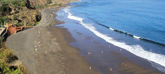 La playa de El Socorro se encuentra en el municipio de Los Realejos y es muy apreciada por los aficionados al surf, que tienen aquí un escenario habitual de competiciones y entrenamiento. El Socorro es una bellísima y extensa playa de arena negra de origen volcánico