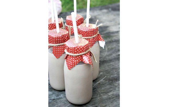 Garrafinhas de leite com proteção no gargalo: assim, a criançada pode continuar brincando, sem muito perigo de derramar a bebida no chão (Pinterest/Susan B)