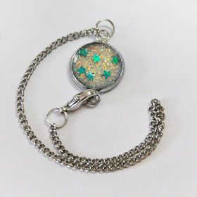Trendy bracelet made with embossing powder and glitter hearts is our new favourite!