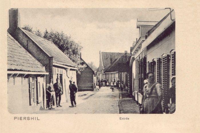 1900 – Bebouwing op West en Oost – piershil.com.  Het huis rechts  was van mijn overgrootouders familie Jacob Zonneveld-Oprel. Voor het huis staat mijn oma, Macheltje ongeveer 14 jaar oud.