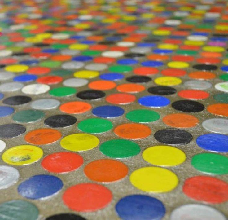 Pisos de tapas de gaseosas, (Arq.Francisco Ribero). Mosaicos conformados por 64 tapitas. Ecológicos, livianos y aislante térmico y acústico por el aire que queda dentro de la tapa. Las tapas de botellas de gaseosa obtenidas de programas como el de la Fundación Garrahan. Ellos las venden. Mosaicos se venden listos y pueden aplicarse en pisos, paredes y mobiliario. Su colocación es la tradicional: se aplica con adhesivo para cerámicos y luego se llenan las juntas con cemento.