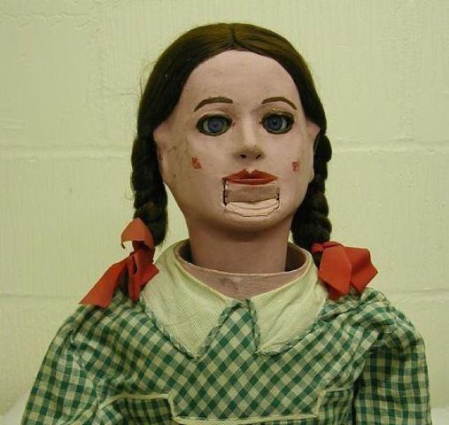 WinNetNews.com - Biasanya museum memajangkan berbagai benda bersejarah dan bernilai, seperti lukisan, patung, atau benda - benda tua lainnya. Tapi apakah kamu pernah menemukan museum boneka seram? Ini adalah pameran mimpi yang mendorong bos museum untuk berbagi secara online. Mereka telah menakutkan