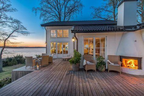 På en helt fantastiskt fin strandtomt finner ni detta exklusiva smakfullt byggda lösvirkeshus. Unikt hus högt beläget med magiskt fin mälarutsikt från i sto