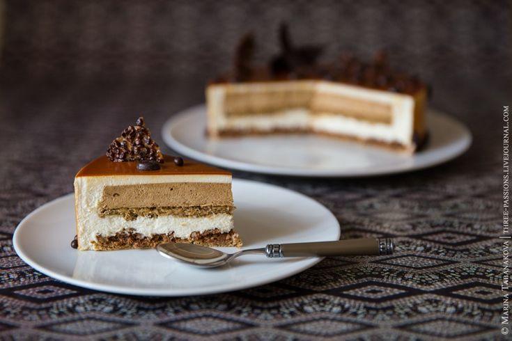 Два слоя кофейного бисквита, хрустящий кофейный слой с молочным шоколадом, кофейное креме, мусс с бобами Тонка, карамельная глазурь. Декор из темного шоколада, хрустящих шоколадных шариков и нугатина с какао-бобами.