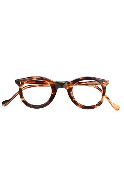 1940s FRANCE VINTAGE EYEGLASS 2DOT CLASSIC FRENCH BOSTON DEMI AMBER - OPT-068 1940's フランス ビンテージ 眼鏡《クラシック フレンチ ボストン ラウンド》デミアンバー デッドストック フレンチボストンと呼ばれるラウンドとウェリントンの中間程のフレームデザインで フランスビンテージフレームの中でも人気の高い名作フレームになります。 巨匠コルビジュ氏も愛用していたセンスの良い2DOTヒンジ飾り、ハンドメード感が伝わるFLATなフロントの削り出し、センスの良い細テンプルとシンプルながらも完成されたデザインは 多くを語らなくても感じる事の出来る落ち着いた雰囲気、風格を漂わせる熟練者の様な1本。