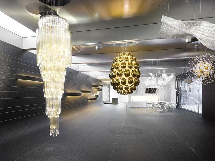 Ha aperto nel quartiere di Holport, Praga, il nuovo flagship store dell'azienda Lasvit disegnato da Marek Deyl e Studio PHA: tra le numerose installazioni luminose in vetro di Boemia, anche una parete firmata da Ross Lovegrove e le lampade di Nendo.