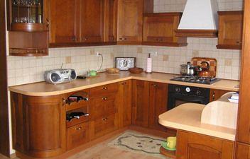 W pełni zabudowana kuchnia o rustykalnych frontach.
