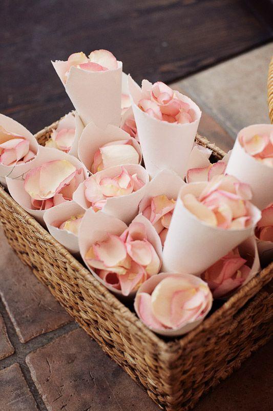 flowers for the ceremony  blumen zum werfen für die trauung hochzeit wedding rosenblätter