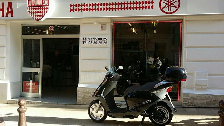 Photo de l'Artelec 670 devant Auto Moto 2000 à Monaco. Scooter électrique avec 100kms d'autonomie et une vitesse de pointe de 100km/h.