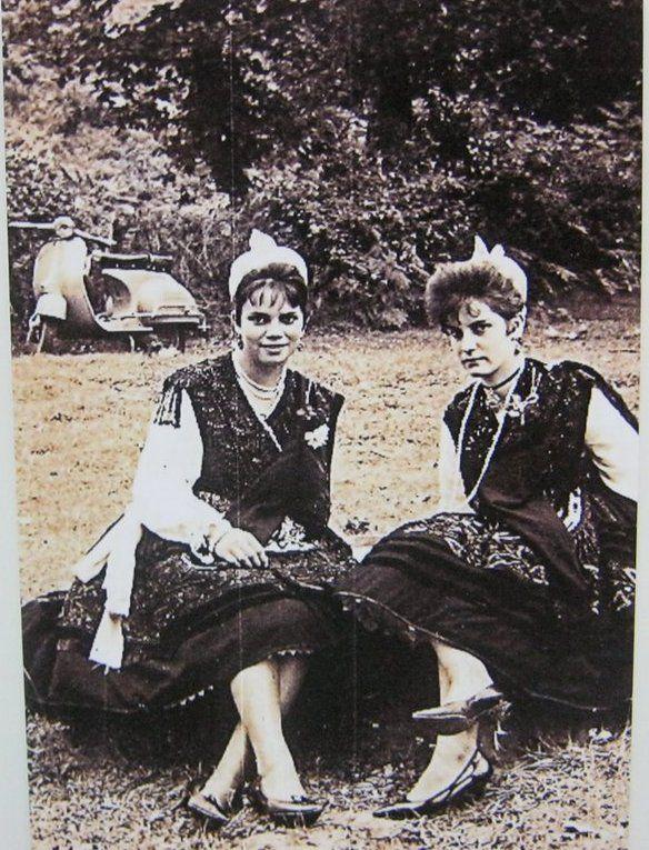 """A la izqda. Kety Gutiérrez y a la dcha. Pía Fernández vestidas de aldeana parraguesa, el día 18 de Julio de 1.969 en la fiesta de Santa Marina en Parres y que al fondo aparace una moto Vespa 150 """"S"""" Esta foto ha sido realizada por """"NICO"""" de Pancar."""