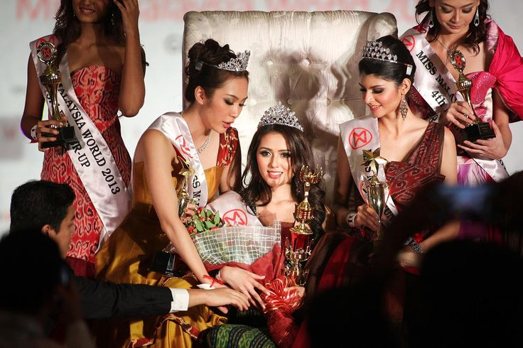 KUALA LUMPUR, MALAYSIA - AUGUST 02: The Winner of Miss Malaysia World 2013, Melinder Kaur Bhullar (C) is flanked by the runners up during the Grand Finale on August 2, 2013.   Malaysia will still ban Muslim women from competing in beauty pageants despite a change in the format of the Miss Malaysia World 2013 ... http://melayubukanislam.blogspot.com/