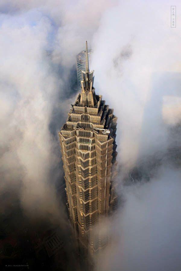 雲からのぞく中国・上海の超高層ビルの魅力的な写真 - DNA