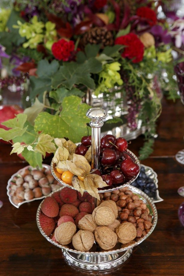 Mesa de Natal, com petisqueiras em prata e muita flor!