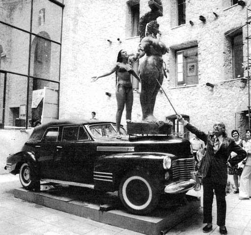 With the Venus of Fire and Queen Ester (a sculptur and present of Ernst Fuchs) on the Rainy Taxi, Theatre-Museum Dalí, 12. August 1975