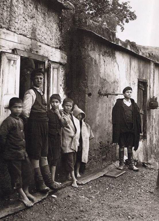 Fred Boissonnas-Οικογένεια Μάντακα στο χωριό Λάκκοι,Κρήτη 1911.