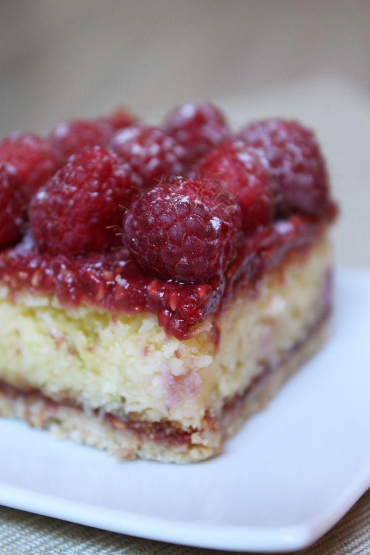 Voici une délicieuse tarte aux framboises : sablé breton, moelleux coco, confit de framboise, croustillant chocolat blanc et de jolies framboises du jardin!