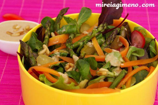 Ensalada de espárragos con ali-oli de piñones http://www.mireiagimeno.com/recetas/ensalada-de-esparragos-con-ali-oli-de-pinyones