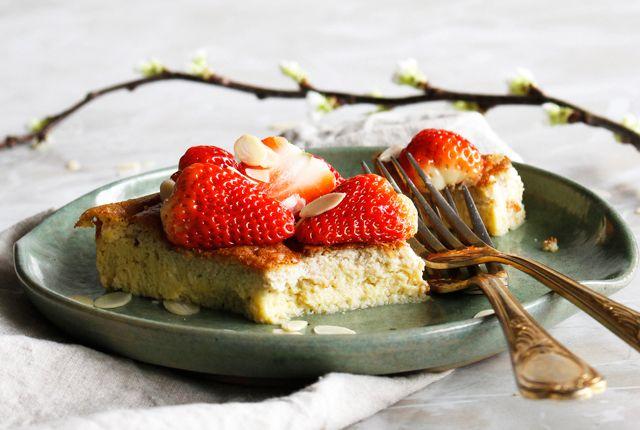 Op een fijne zaterdag- of zondagochtend maak je deze heerlijke glutenvrije en suikervrije pannenkoek uit de oven. Super lekker! Bekijk het recept hier >>