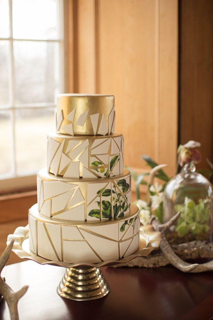 Moderne Vintage Green & White Hochzeitstorte / / Fotografie ~ Nataschia Wielink   – Hochzeit mit Gold, goldene Dekoration, Papeterie, Braut Accessoires