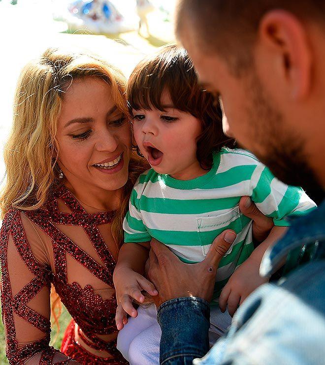 Shakira y Piqué se 'derriten' ante la presentación navideña de Milan en el colegio