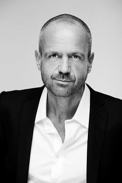 ΜΙΚΑΕΛ ΚΑΤΣ ΚΡΕΦΕΛ Ο ΜIΚAEΛ ΚΑΤΣ ΚΡΕΦΕΛ γεννήθηκε το 1966 στη Δανία και είναι συγγραφέας ευπώλητων αστυνομικών μυθιστορημάτων. Ξεκίνησε την καριέρα του ως σεναριογράφος για ταινίες μικρού μήκους και τηλεοπτικές σειρές. Έκανε το συγγραφικό του ντεμπούτο με το θρίλερ Before the Storm, με το οποίο κέρδισε το 2007 το Βραβείο First Book της Δανέζικης Ακαδημίας Αστυνομικής Λογοτεχνίας, ενώ το 2012 ψηφίστηκε Κορυφαίος Δανός Συγγραφέας Αστυνομικού Μυθιστορήματος.
