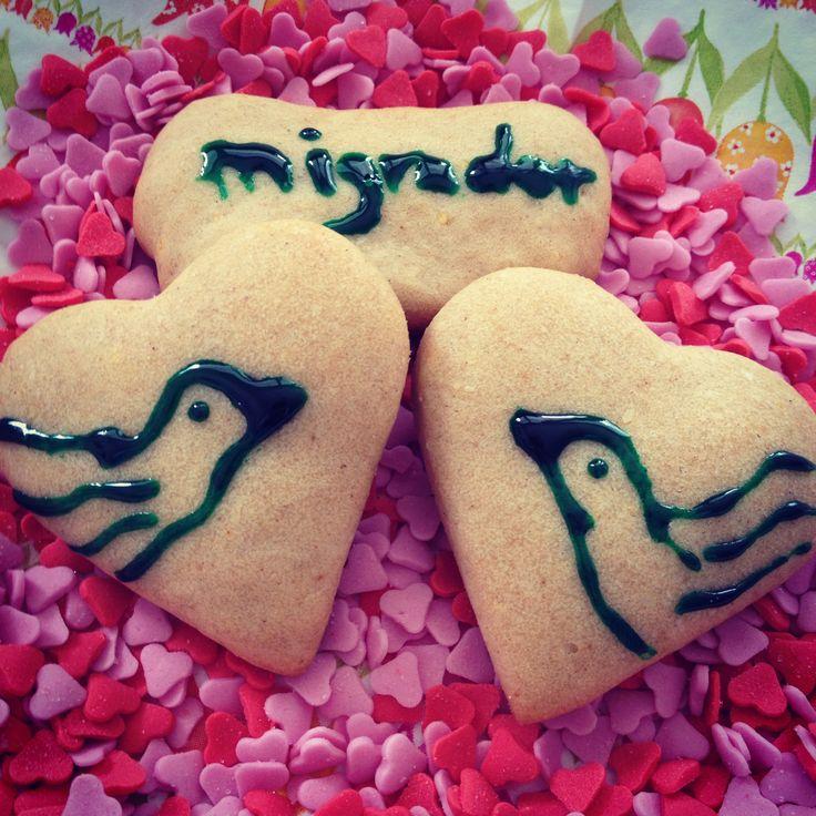 It must be Valentine's Day: herzförmige Buchweizen Kekse in einem Bett von Zucker-Herzen