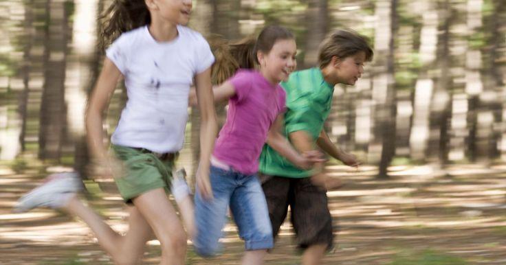 Juegos o actividades físicas para utilizar con niños en edad escolar. Los niños en edad escolar a menudo piden a gritos un poco de actividad física después de estar atrapados detrás de un escritorio todo el día. Dales la oportunidad de gastar un poco de energía planeando algunos juegos que ejercitarán sus mentes y cuerpos. Ya sea que estén jugando al aire libre, en un gimnasio o en un espacio más pequeño, los juegos ...