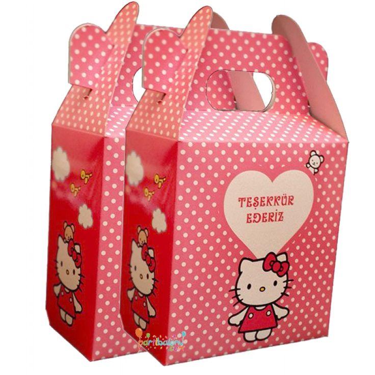Hello Kitty Çanta Hello Kitty Çanta Ürün Özellikleri  Ürün Paketinde 10 Adet Hello Kitty Çanta bulunuyor. Karton Hello Kitty Çanta Kaliteli baskı ve canlı çizimdir. Hello Kitty temalı çantaların boyutu 12 cm eni ve 11 cm boyutundadır. Doğum Gününe katılan çocukların seveceği ürünleri bu çantaların içnide hediye edebilirsiniz.