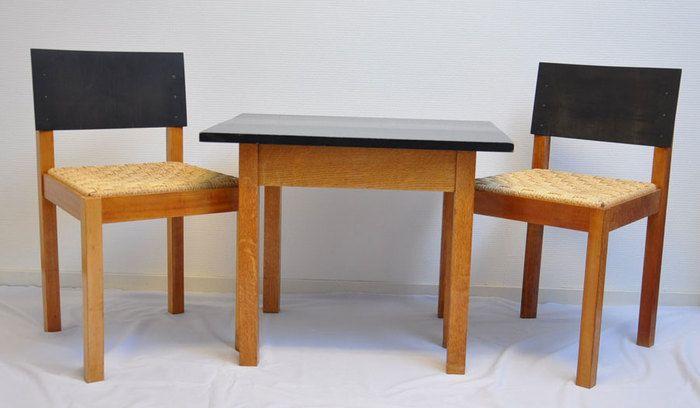 Pander Art Deco, Haagse school - bijzonder - kinder / slaapkamer meubelsetje Eerste helft 20e eeuw, Nederland  De tafel is 55 cm hoog, 70 cm breed en 54 cm diep. De stoelen zijn 72 cm hoog, 42 cm zithoogte en 41.5 cm breed.