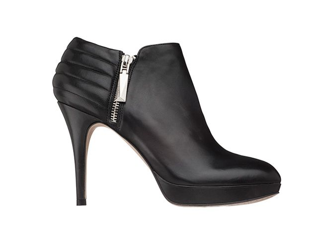 Black zippered booties $170 / bottillons noirs 170 $
