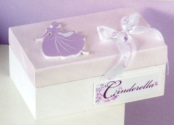 www.mpomponieres.gr Ξύλινο κουτί μαρτυρικών της Disney διακοσμημένο με την Cinderella. Μπορούμε να φτιάξουμε ολόκληρο πακέτο βάπτισης με θέμα την Cinderella. Σε κομπλέ πακέτο βάπτισης γίνετε έκπτωση 15% στην τελική τιμή. http://www.mpomponieres.gr/kouti-martirikon-tis-disney-me-tin-cinderella.html