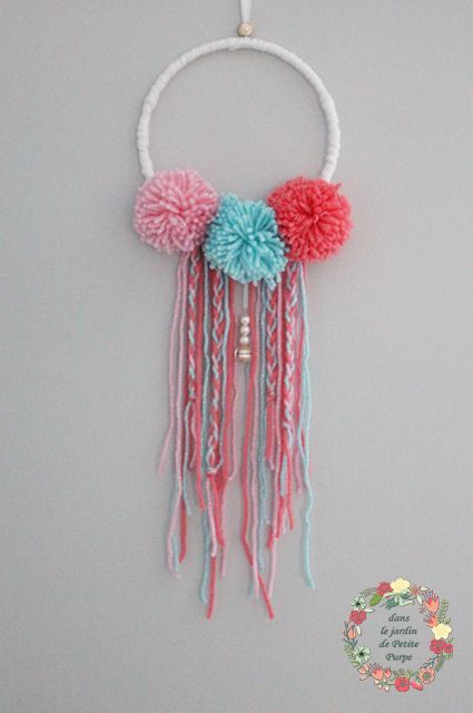 Attrape rêves - Capteur de rêves - Dreamcatcher Style boho chic, tons pastels, pompons, laine et perles. Déco mariage, salon, chambre.