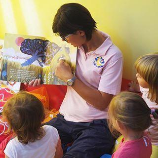"""Introdurre la #lettura fin dalla primissima infanzia è un passo fondamentale per avvicinare i bambini all' """"oggetto libro"""" e il compito dell'adulto è proprio quello di rendere questa esperienza piacevole ed interessante. Leggere ad alta voce risulta essere una strategia vincente per promuovere la lettura e far nascere un atteggiamento positivo nei confronti del libro, oltre a rafforzare il legame affettivo tra chi legge e chi ascolta.  #IlFuturoIniziaDaQui www.ilnidodegliangeli.it"""