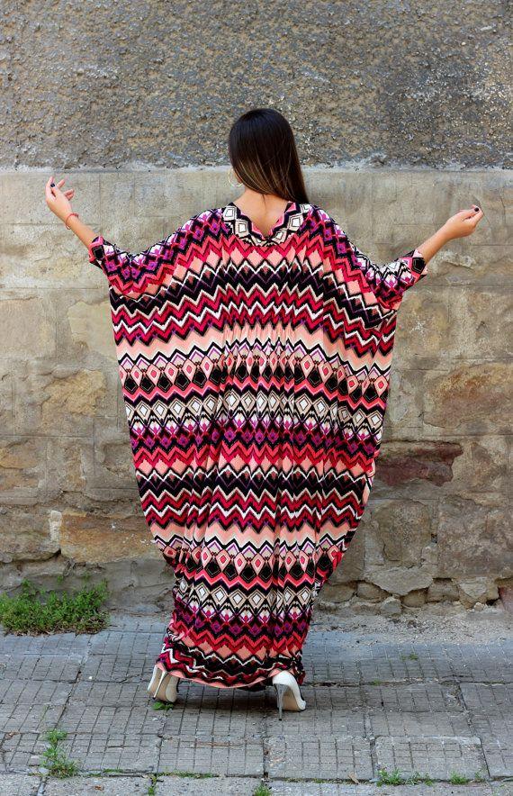 Estate Maxi abito fatto di tessuto morbido ed elastico, questo abito lungo è una bella scelta per il vostro garderobe estate!  Abbiamo fatto questo maxi abito appositamente per le donne che vogliono indossare qualcosa liberamente, qualcosa che dà la libertà...  Taglia unica! Design molto bello per taglie grandi pure!   Fabbricazione: Elastico in poliestere  LUNGHEZZA: 144 CM/56,6 POLLICI  LARGHEZZA: 250 CM MATRIMONIALE / DOPPIA 99 POLLICI!   Dimensioni: Una taglia - MAXI - taglia un...