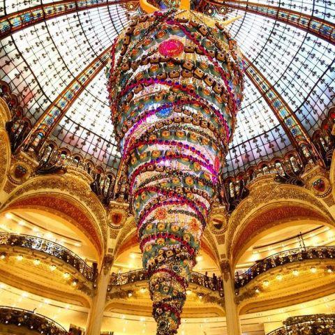 Galleries Lafayette in Paris is in the spirit! Joyeaux Noel #WilliamsSonoma #deckthehalls