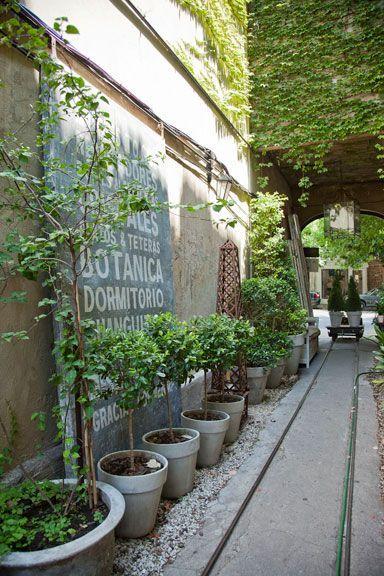 Paul French Gallery, un bazar lleno de sorpresas en Buenos Aires http://www.muudmag.com/spa/pagina/311-Tienda_Buenos_Aires Fotos: Javier Csecs #fachadasverdesloja