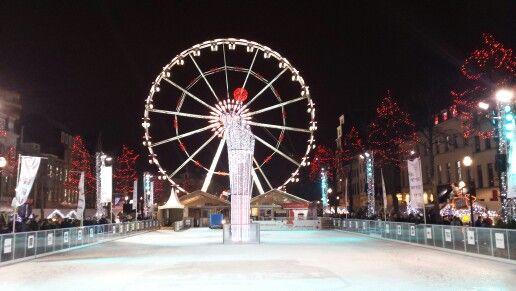 La enorme pista de hielo y la noria de la plaza de Santa Caterina en Bruselas